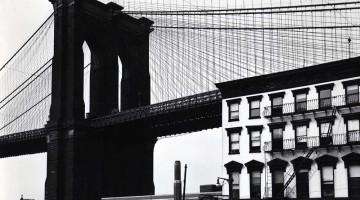 Brett Weston - Fulton street e il ponte di Brooklyn (New York; 1945c)