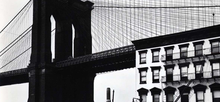 Brett Weston - Fulton street e il ponte di Brooklyn (New York; 1945c)