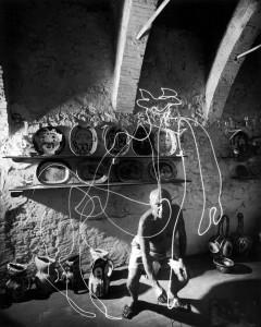 Gjon Mili - Pablo Picasso dipinge con una luce (Maduora Pottery; 1949)
