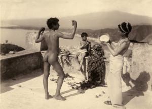 Wilhelm von Gloeden - Giovani in terrazza con strumenti musicali (Taormina; 1900 circa)