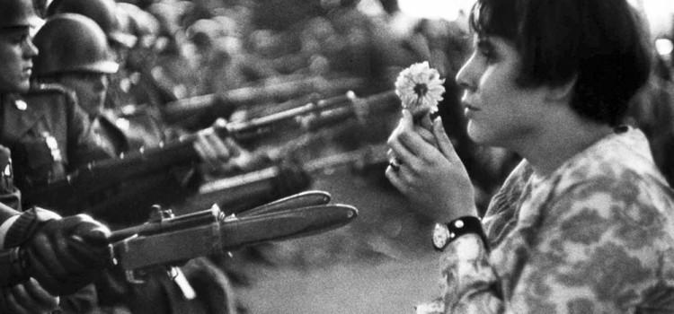 Marc Riboud - Ragazza con il fiore (Washington 21 ottobre 1967)